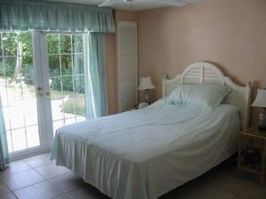 Bedroom / Queen Bed